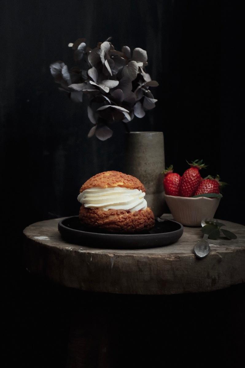 Choux à la crème et confit de fraises